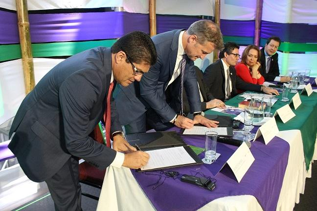 signing-agreement-colombia