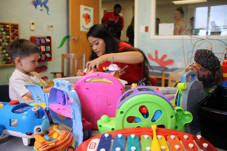 Lamar Students play with children in the new playroom3